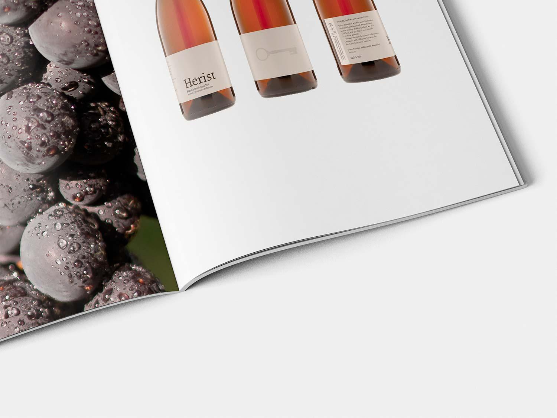 Ein Bild zeigt das Logo von Herist Wein.